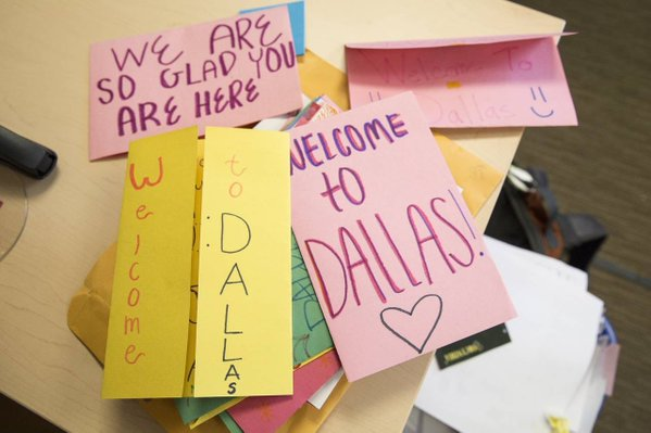 Dallas Citizens made signs and cards to welcome new refugees. Image Courtesy of twitter.com/theIRC.