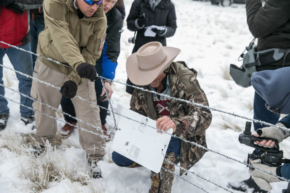 Militants remove section of fence along border of wildlife refuge and a ranchers property on Jan 11. Image Courtesy of oregonlive.com.